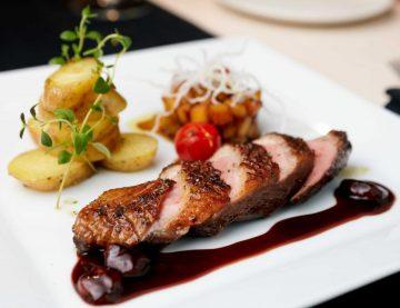 Tradičná slovenská a svetová kuchyňa s dôrazom na sezónnosť, lokálnosť a tradície sú základom našej gastronómie. Tím špičkových odborníkov vám pripravia gurmánsky zážitok a vyčaria blažený úsmev na tvári každý deň.