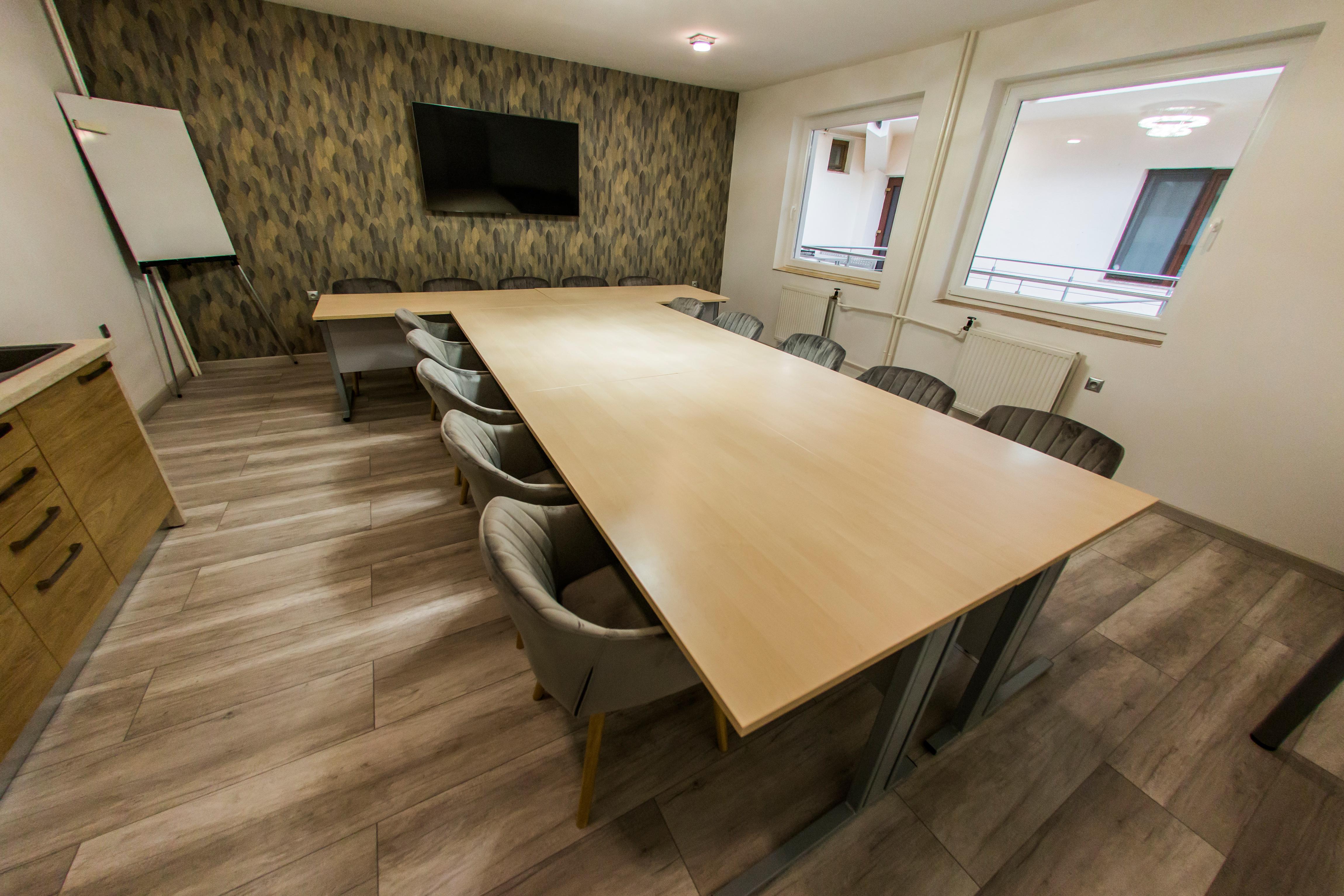 Zasadacia miestnosť s priestorom pre 5 až 30  ľudí. Vybavené prvotriednym nábytkom.